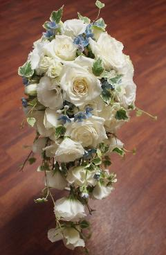 白バラ、トルコキキョウのキャスケードブーケ