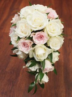 淡ピンクのバラがアクセントのオーバルブーケ