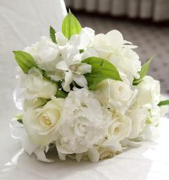 色んな種類の白いお花が入ったラウンドブーケ