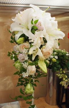 カサブランカと小花のキャスケードブーケ