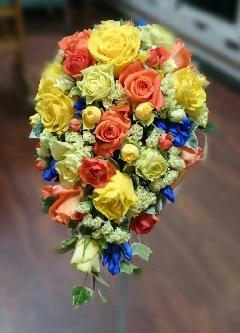 ビタミンカラーのバラのオーバルブーケ