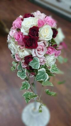 深紅のバラがアクセントのオーバルブーケ