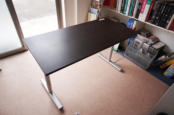 傷んでしまったテーブルです。