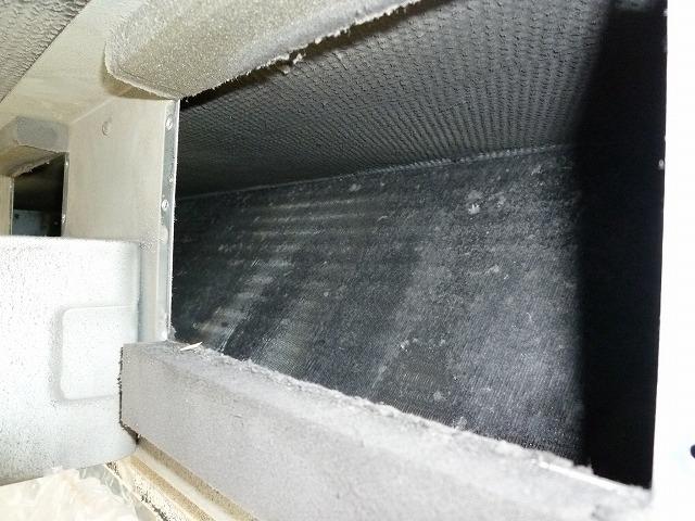 フィルターなどエアコン内部が汚れている。