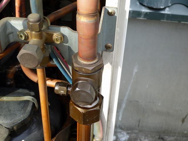 冷媒ガスが漏れている。