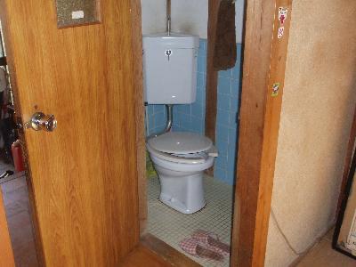 タイル張りの昔ながらのトイレです。