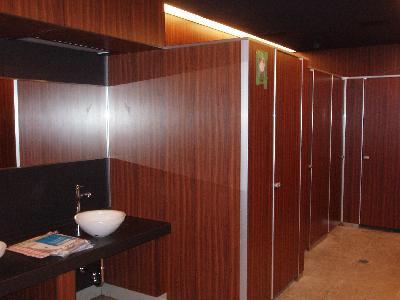 木目のしゃれたトイレになりました。