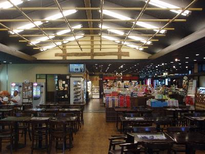 天井の竹の飾り格子が目立ちます。