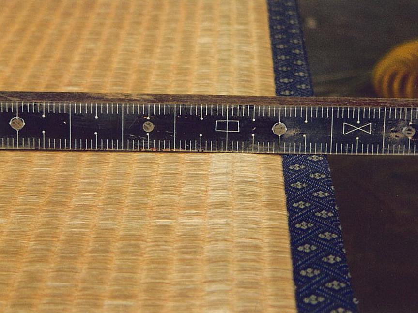 縁の脇が膨らんでいるため、畳が擦れます。