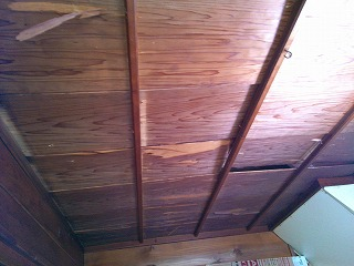 古くなった天井板を張替しました。