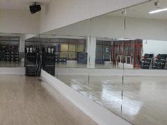 ダンススタジオの鏡