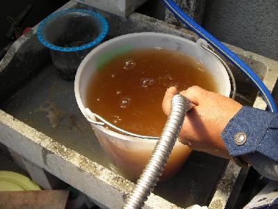 洗浄中の様子です。普通は一蛇口あたり、10〜20分ですが、汚れが非常に厳しく1時間近くかかりました。