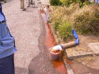 工場給水配管洗浄中