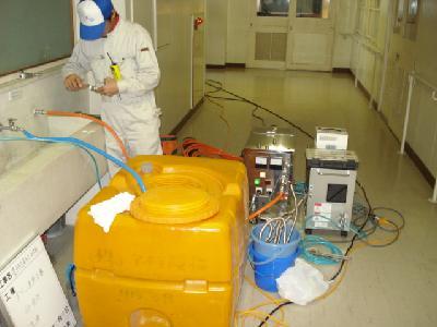 場所によってはタンクにオゾン水をためて洗浄します