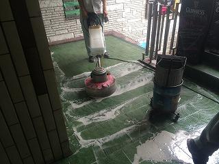 油系につよい強アルカリ洗剤でポリシャー洗浄です。隅の汚れは手作業で。