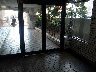 マンションのエントランスホール清掃前です。