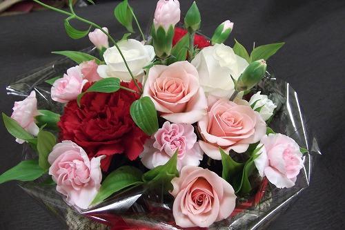 ピンクのバラと赤バラのアレンジメント