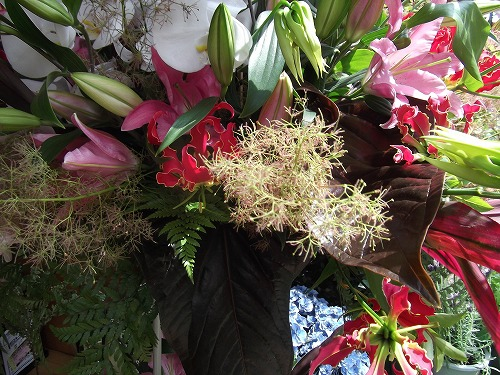 スモークツリーとグロリオサ スタンド花