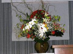 厳粛な壇上の花