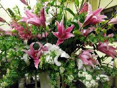 赤ユリとコデマリのスタンド花
