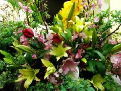 桜と赤いチューリップを使った春のスタンド花