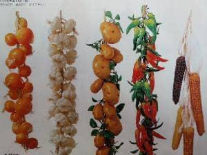 1本のひもに果物や野菜を連ねたような商品