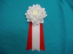 胸につける花リボンバラ・記章・徽章(特大・花径14cm)白/選挙・講演会等で胸につける花。