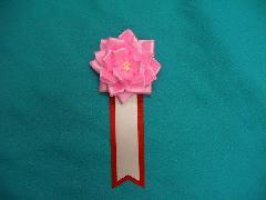 胸につける花リボンバラ章・記章・徽章(小・花径8cm)ピンク
