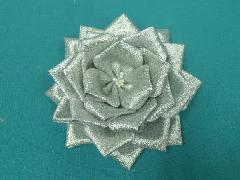 胸につける花リボンバラ章(シルバー・花径12cm)