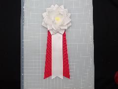 胸につける花リボンバラ章・記章・徽章(中・花径10cm)白/選挙・講演会等で胸につける花