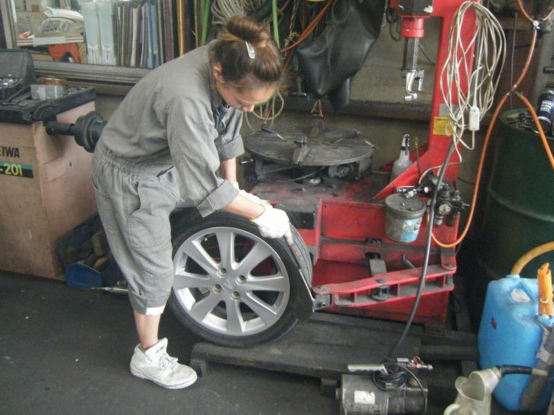整備士女子 女性整備士 タイヤ交換