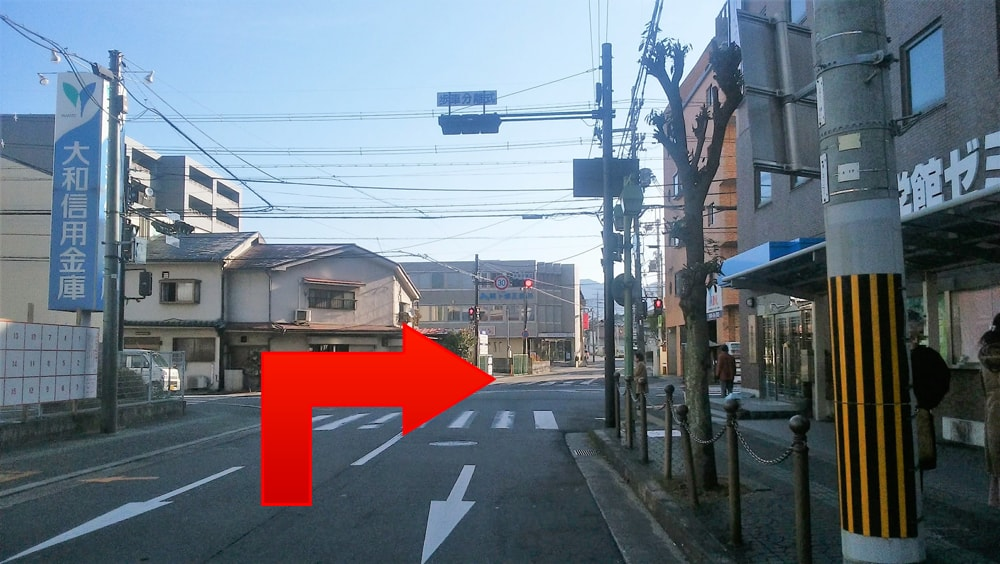 『丈六』交差点を右へ曲がってください。
