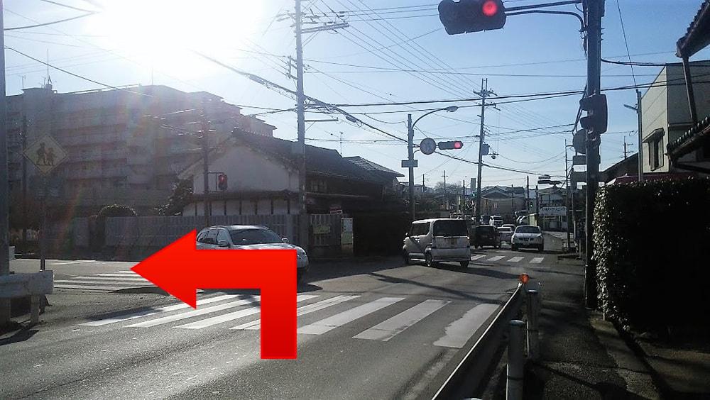 『見瀬』交差点をへ曲がってください。