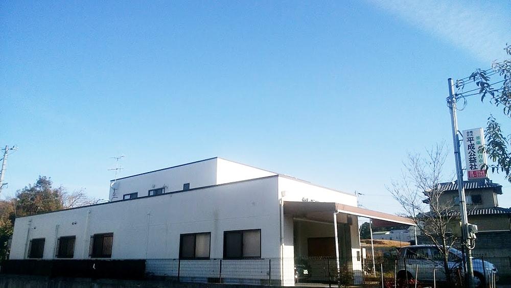 50mほどで左側に弊社ホール<『セレモニーホール平成』がございます。