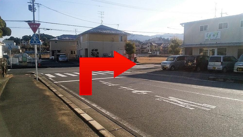 突き当りを右に曲がってください。(南方向)