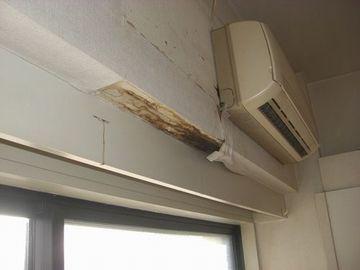 キャー(;O;)。エアコン下から水滴が垂れていたのでしょうか