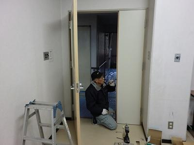 建具親子ドア取り付け作業中
