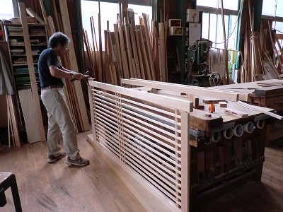 格子戸の組み立て作業