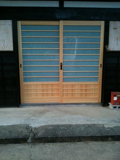 玄関腰板付引き違い戸の施工