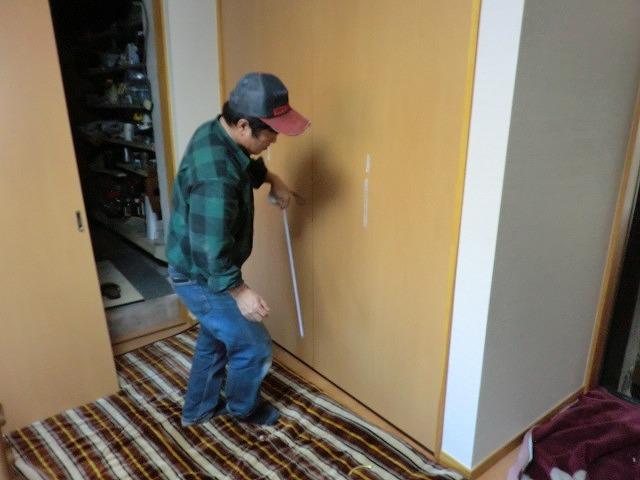 折れ戸の取手を取り付けております。