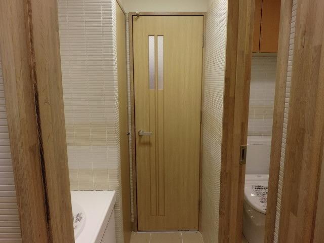 トイレ入り口開き戸