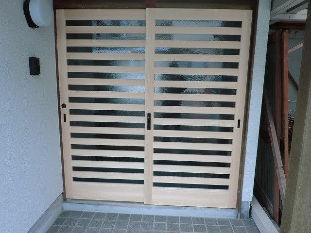 玄関ヒノキ引き違い戸の施工写真です