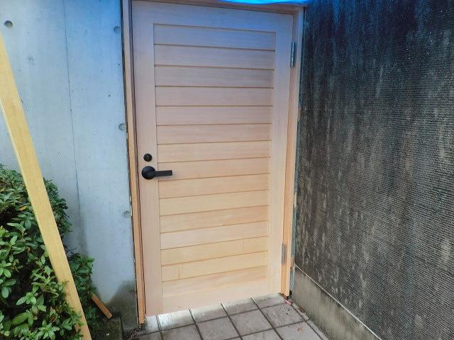 外部 門の戸を施工しました。
