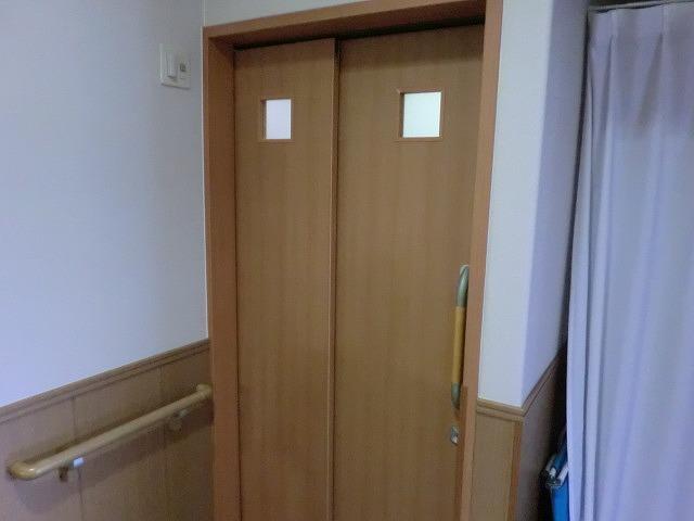 老人ホーム連結吊戸トイレ修繕