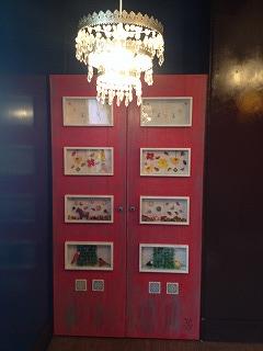 内装のコレクションボックス入りかわいいドア