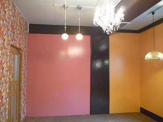 壁はピンクと黄色に!