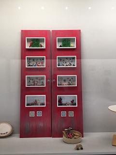 赤がかわいいコレクションボックス付きドア