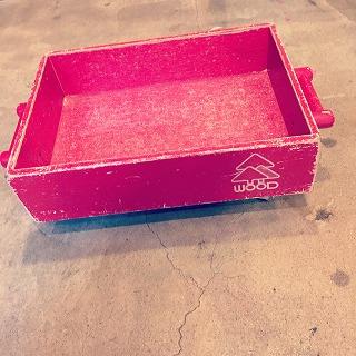 赤のビンテージ取っ手つき、ころ付き木箱