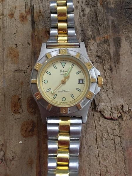 ゴールドとシルバーの時計