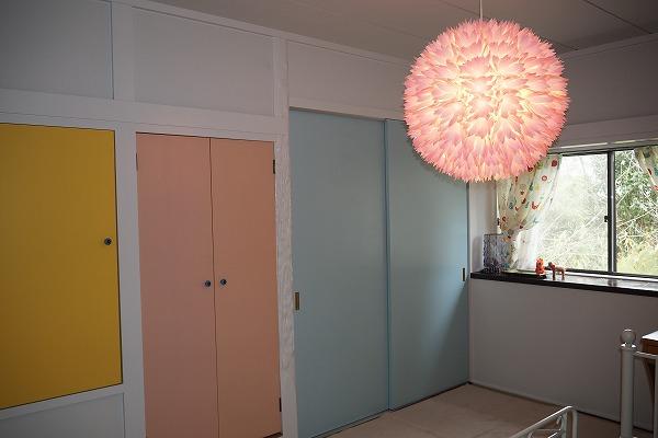 パステルカラーで扉一つ一つ違う色にデザインしました。